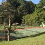 Área externa de Clínica de Reabilitação e Internação para dependentes químicos com quadra de tênis e esportes