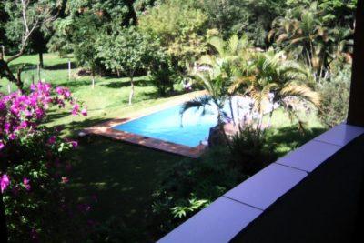 piscina e área verde vejetada da clínica de recuperação para dependentes químicos em Jaguariúna SP
