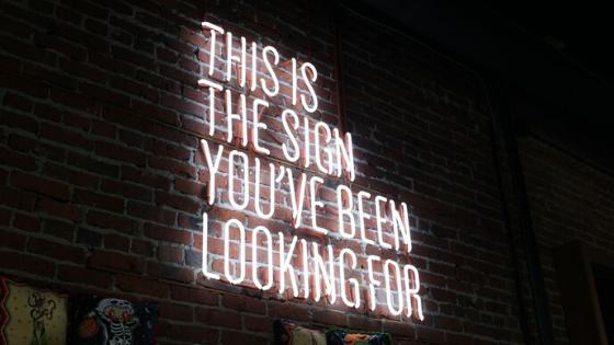 Letreiro dizendo this is the sign you have been looking for da página de blog e artigos do grupo daniel recuperação e internação para dependentes químicos alcoólatras drogados e depressivos