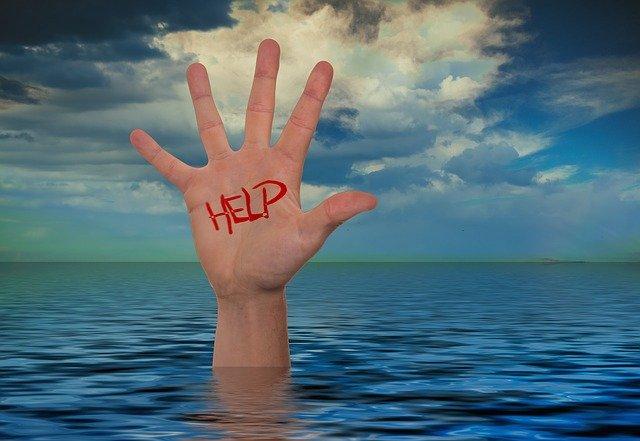 mão se afogando pedindo socorro dependente químico grupo daniel recuperação de dependentes químicos internação e remoção de dependentes químicos