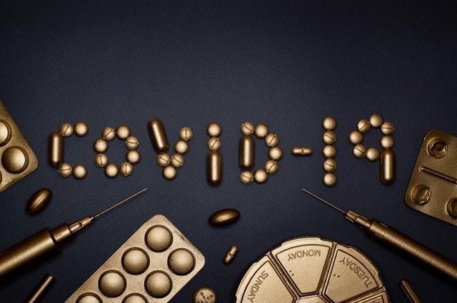 Mesa com Drogas e remédios Covid-19 Coronavirus a Dependência Química e o Alcoolismo